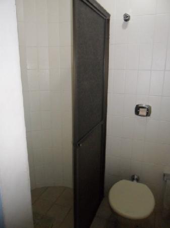 Foz Presidente Hotel: banheiro simples, limpo e com troca constante de toalhas