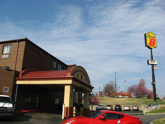 Super 8 Downtown Airport Area: Das Motel von aussen