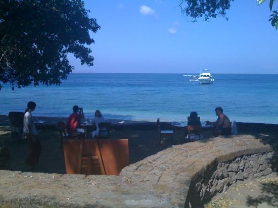 Amanwana: レストラン前のビーチ