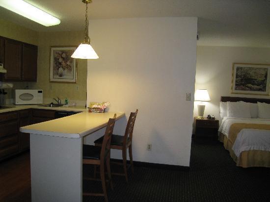 Residence Inn Charlottesville: キッチンとベッドルーム