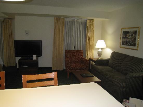 Residence Inn Charlottesville: 食事したり仕事に便利な机とソファー