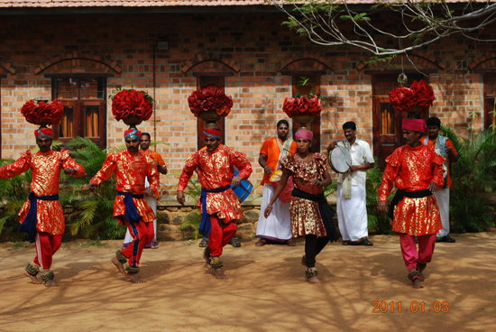 Muttukadu, India: Folk dancers