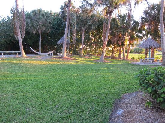 Holiday Inn Sanibel Island: Shaded area off the beach