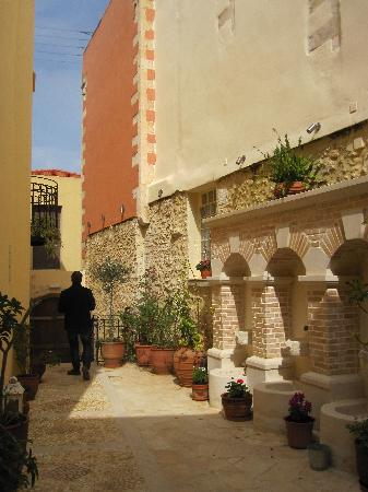 Casa Moazzo Suites & Apartments: Gorgeous courtyard just off street