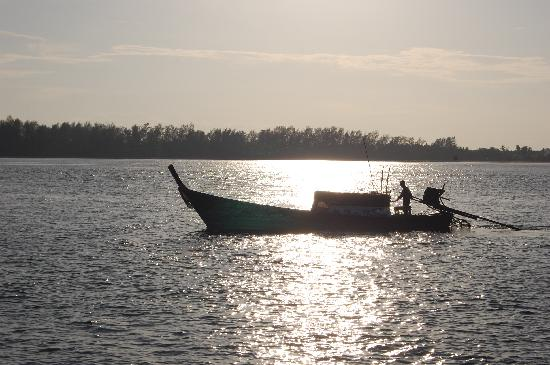 Haadyao Nature Resort: Watching the fishermen go by in their longtails