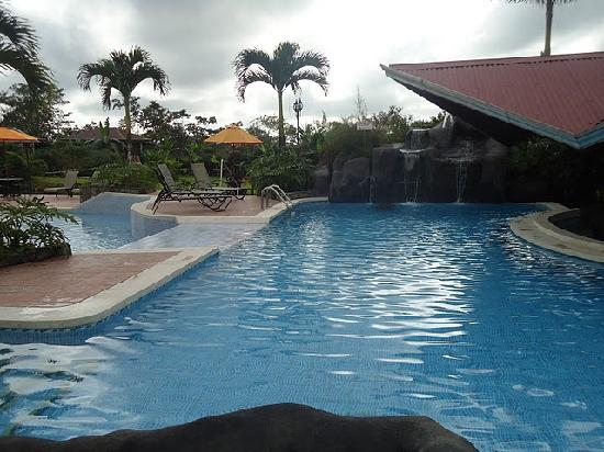 Arenal Springs Resort and Spa: Great heated pool with swim up bar