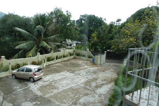 Hotel Bel Air : Parkplatz vor dem Haus