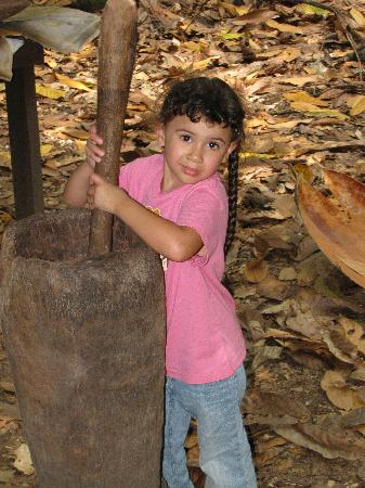 El Sendero del Cacao: Using the pilon to smash toasted cocoa beans