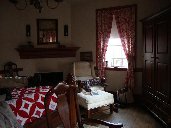 Augustus T. Zevely Inn: Cozy corner of our room
