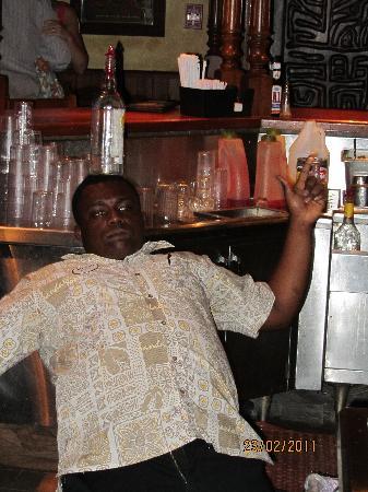 Sandals Montego Bay : Andrew barman au Pub qui nous fait ses trucs