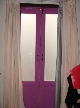 Pensione Capri Hotel & Restaurant: camera con vetri bianch