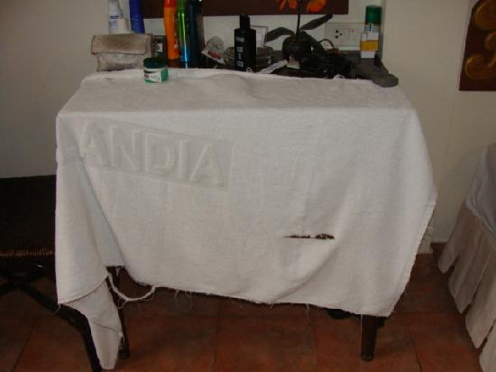 Pensione Capri Hotel & Restaurant: camera  lenzuola strappate e bucate