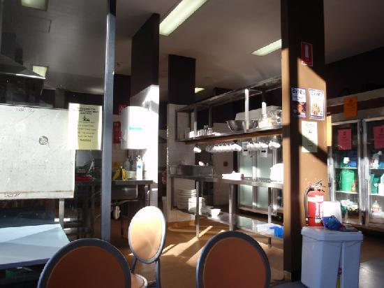 Canberra City YHA: kitchen