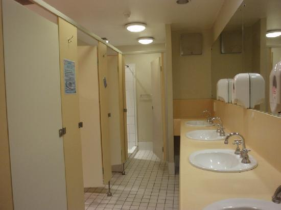 Doppelzimmer picture of canberra city yha canberra for Bathroom girls pic