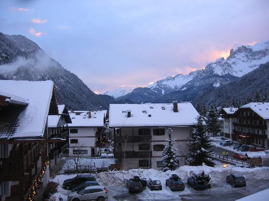 Campitello di Fassa , Italia: Sunsrise from our bedroom window