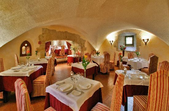 Chateau des Ducs de Joyeuse: la salle du restaurant La Cour des Ducs
