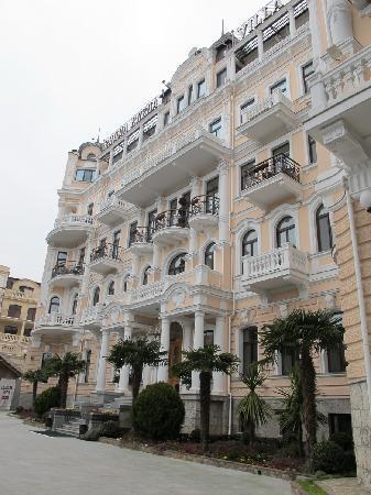 Villa Elena Hotel & Residences : front side of hotel