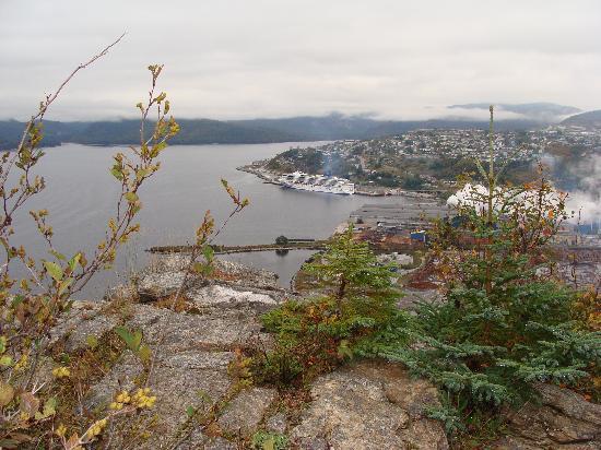 Corner Brook, Canada: Blick von James Cook Historic Site auf Schiff und Papierfabrik