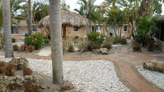 Tropical Breeze Resort : Open Courtyard