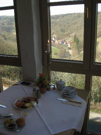 Burghotel: Breakfast room overlooking the valley