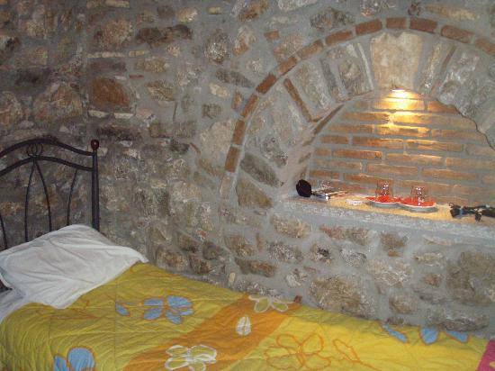 Pension Marianna: Twin bedroom, Room 17, with rock wall cubby hole