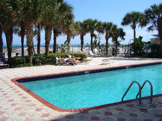 Crystal Beach Suites Hotel: Pool area (& beach in background)