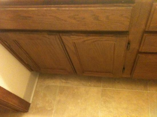 TownePlace Suites Atlanta Northlake: Worn out cabinets
