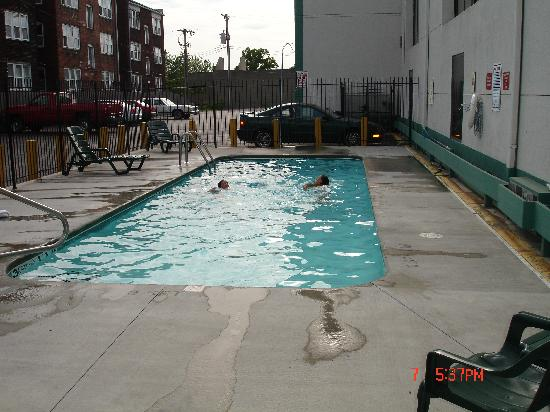 Americas Best Value Inn & Suites : SWIMMING POOL