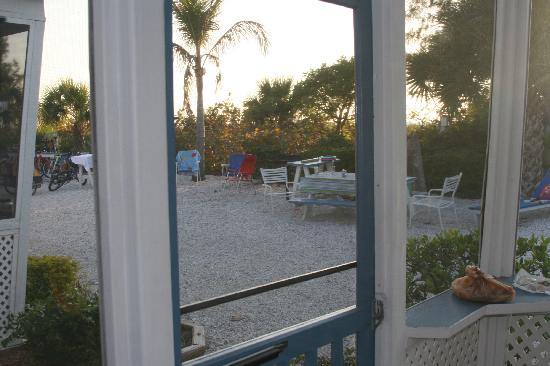 Tropical Winds Motel & Cottages: View from Cabin looking toward beach