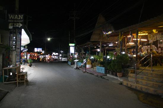 The Regent Cha Am Beach Resort : the village at night