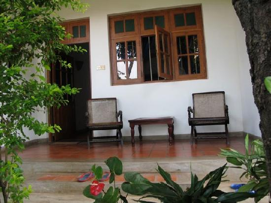Little Paradise Tourist Guest House and Holiday Home Anuradhapura: semi-private deck