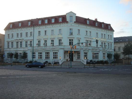 Hotel am Jägertor: Blick vom Jägertor über die Kreuzung auf das Hotel