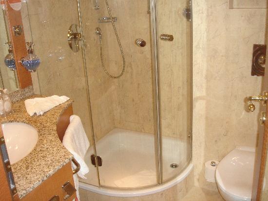 Hotel am Jägertor: Das Badezimmer ist schon klein, aber nett