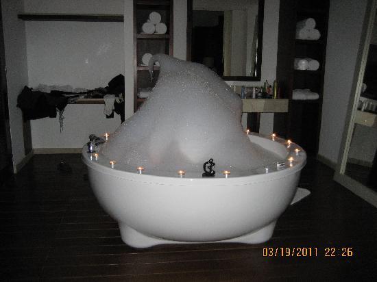 Live Aqua Cancun All Inclusive: Hot tub in room