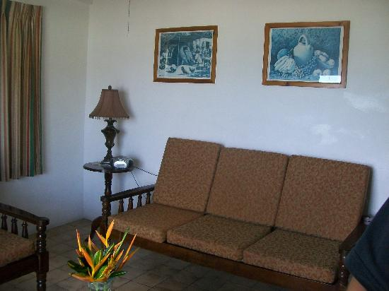 Gem Holiday Beach Resort: Living Room, couch long enough to stretch out on, or sleep!