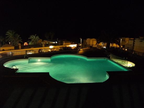 Los Pueblos Apartments: night pool