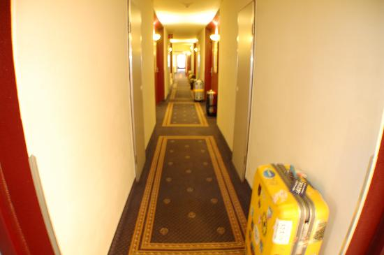 Mercure Salzburg City: passage of the hotel