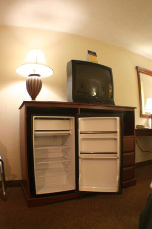 Quality Inn: Clean, fresh frig and entertainment center