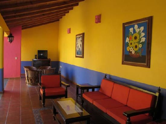 Hostal El Naranjo: Sitting area on Ocampo side