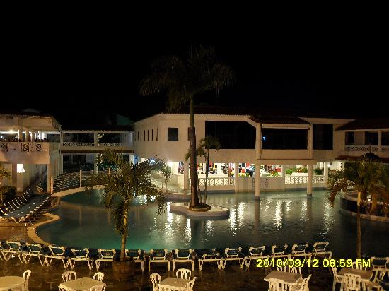 Hotel Beach House Playa Dorada: Night picture from the second floor walkway.