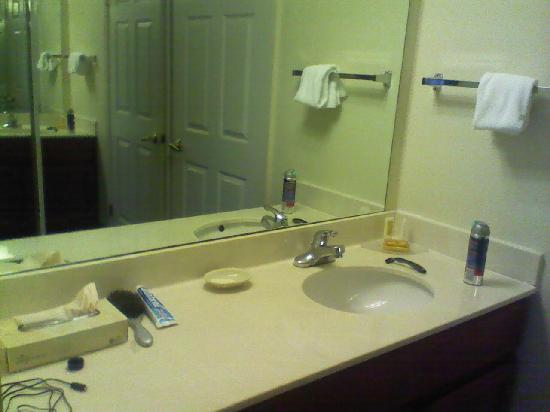 Residence Inn Roseville: Bathroom / sink area