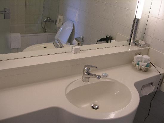 Hotel Schwanen: Schwanen guest room bath