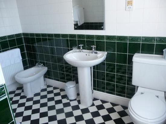 The Roman Camp Inn: The bathroom