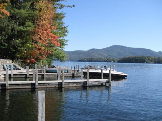 Carey's Lakeside Cottages: dock daytime