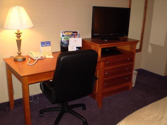 Best Western Inn Santa Clara : room had a flat screen tv, dvd player, work desk.