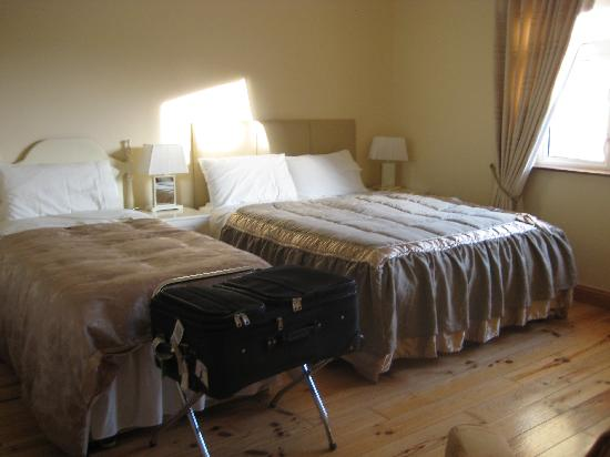 Grey Gables B & B: beautiful bed cover and comfortable bed