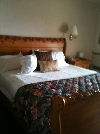 The Apple Tree Inn: room