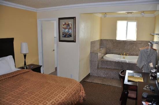 Stargazer Inn and Suites: My room with jetted tub