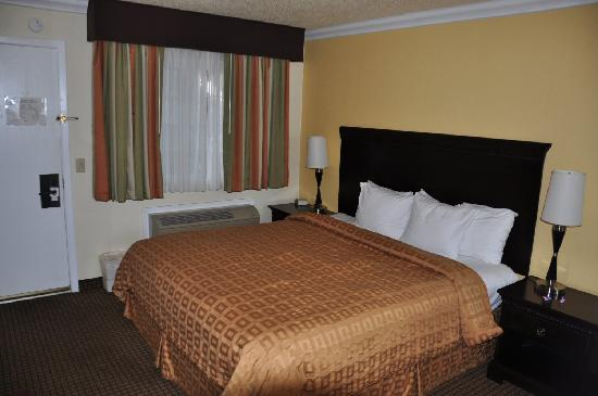 Stargazer Inn and Suites: Small room