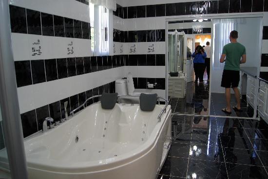 El Cielo: Bathroom